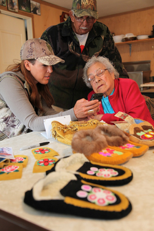 Jana shows the Swampy Cree elders some of her skull artwork photos
